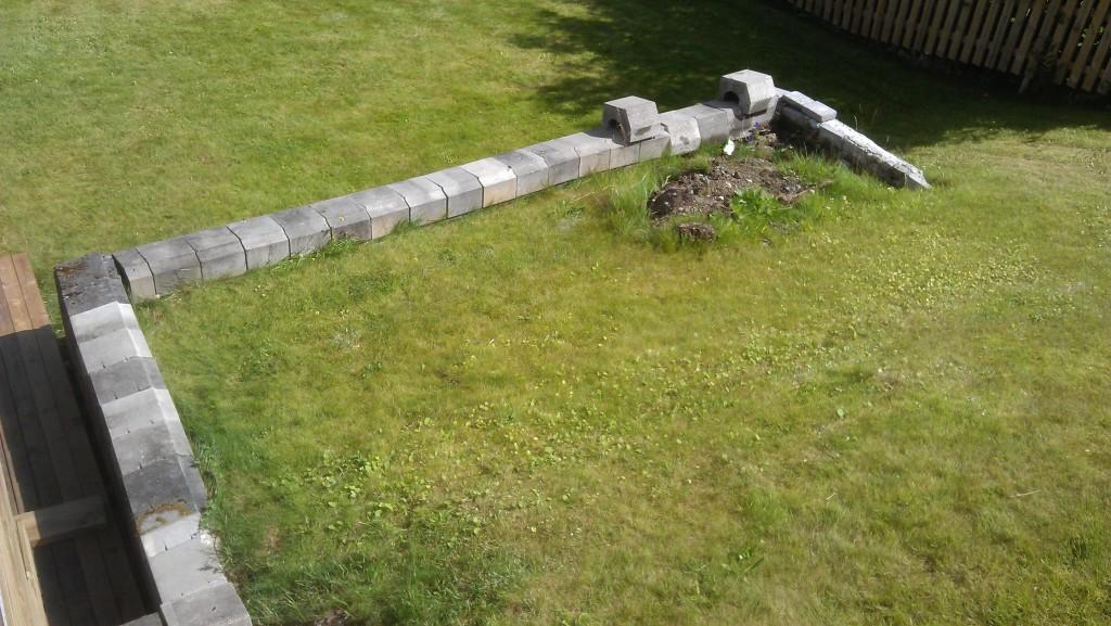 Slik så det ut bak støttemuren før