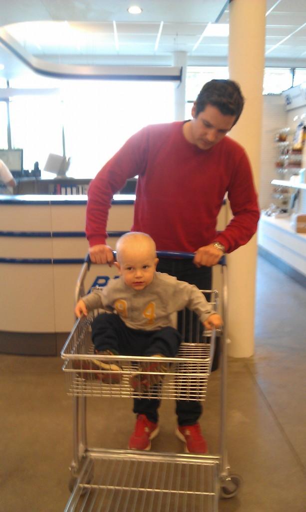 Borgny sin lille kos kjørte vogna, mens pappa sin lille kos satt på.