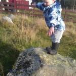 Liten gutt på lite fjell