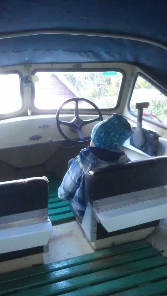 Kapteinen når ikke rattet, men morrosamt læll:)
