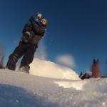 Basehopping fra stor stein uten fallskjerm. Altså hopping i snø.