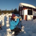 Snø i nakken var vistnok ganske ubehageilig. Bra mamma kunne hjelpe