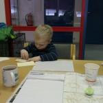 Guttungen koser seg med post-it og kulepenn