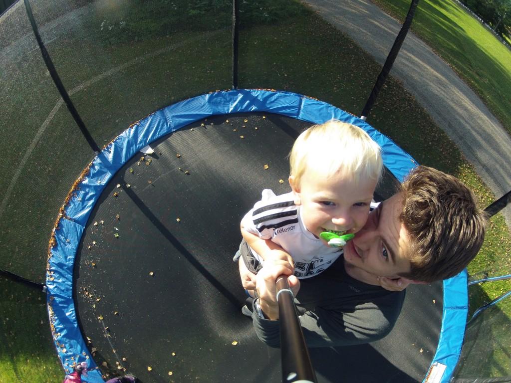 Her hopper vi på Tante sin trampoline