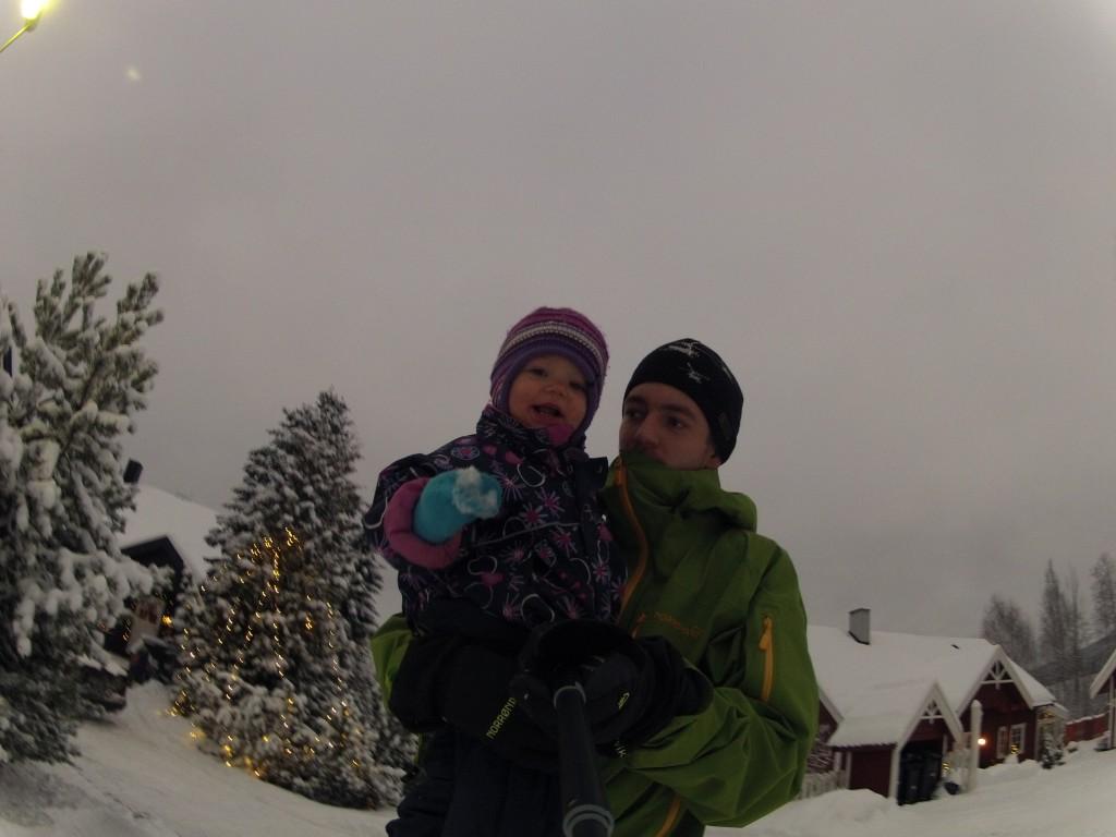 Glad jente i snøen