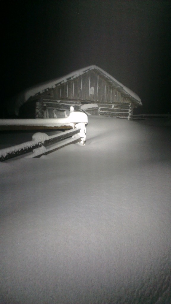 Gammelt hus med snø