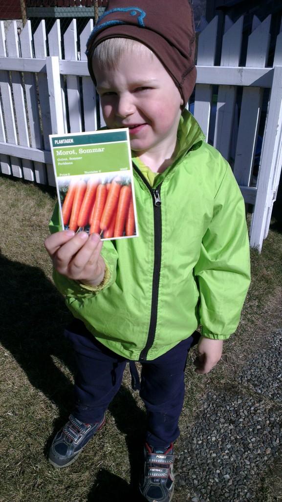 Fornøyd gutt klar til å så frø