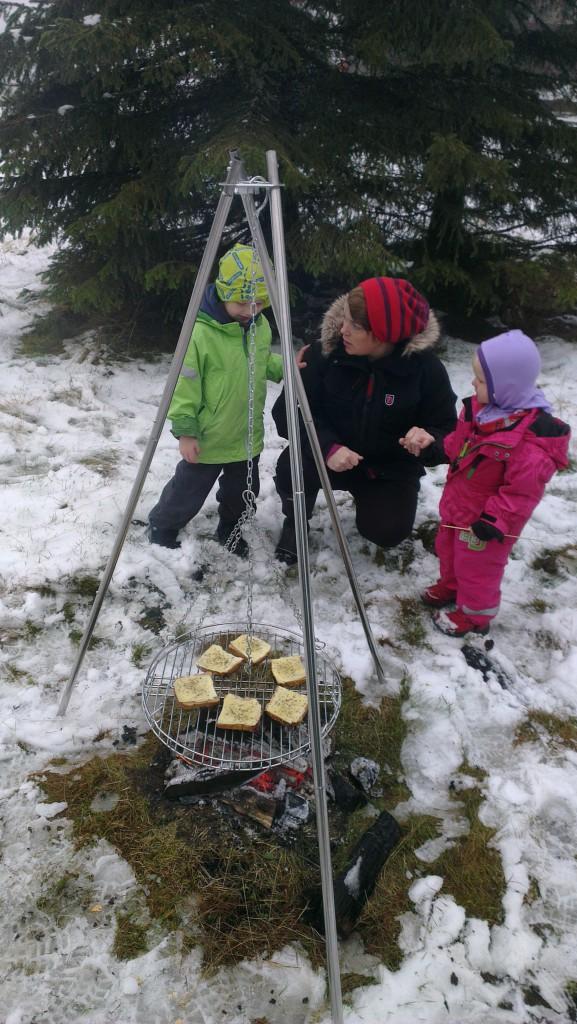 Ostesmørbrød på bål